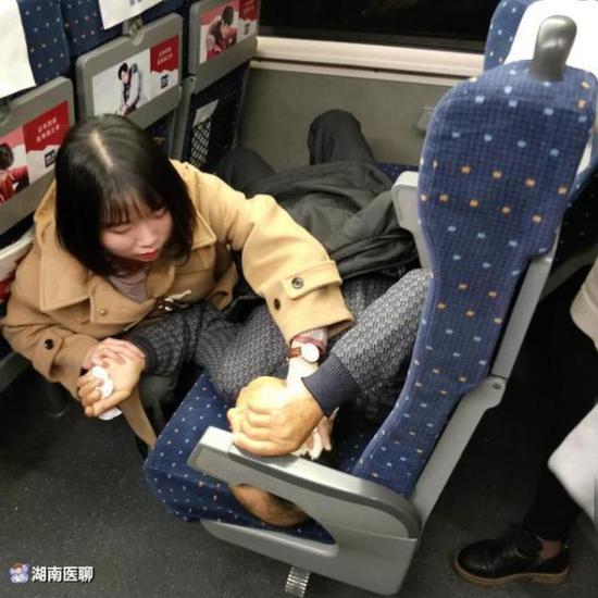 李嘉星在高铁上为老人检查