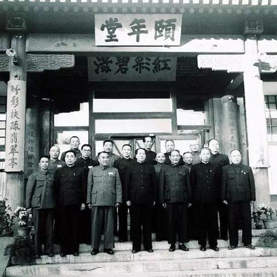 1952年,中央人民政府人民革命军事委员会部分委员在中南海颐年堂合影。