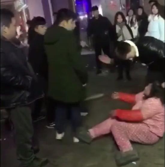 5旬大妈遭3男1女扇耳光拳打脚踢:结错账起争执