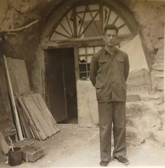 1972年,张沛重返延安时期的清凉山旧居。