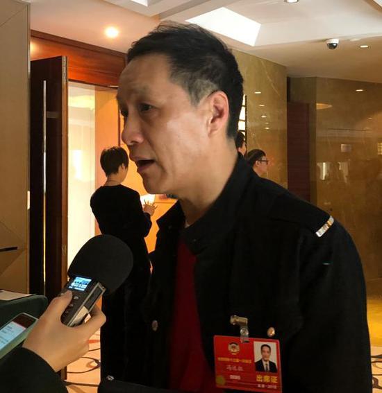 全国政协委员冯远征接受采访。 澎湃新闻记者 官雪晖 图