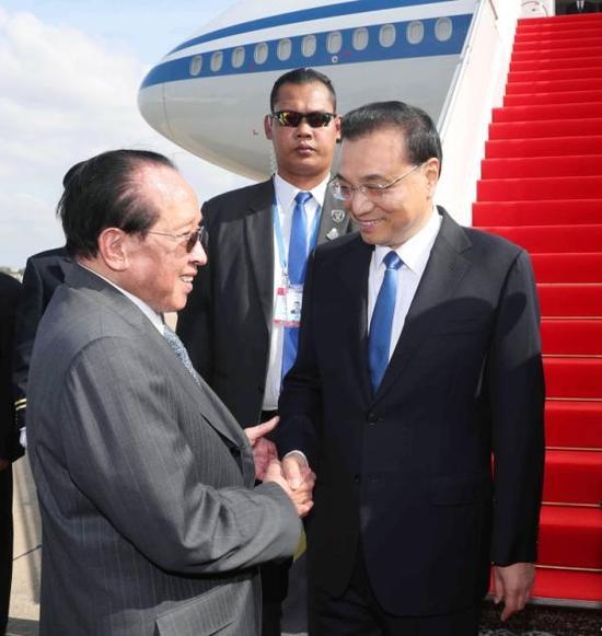 当地时间1月10日,国务院总理李克强乘专机抵达金边,与柬埔寨、老挝、泰国、越南、缅甸领导人共同出席将在这里举行的澜沧江-湄公河合作第二次领导人会议。在出席会议后,李克强将应柬埔寨首相洪森邀请对柬埔寨进行正式访问。新华社 图