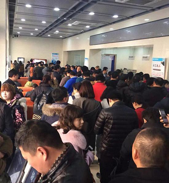 26日,济南市中交警大队业务大厅内,前来处理交通违法的市民爆满。大众网 图