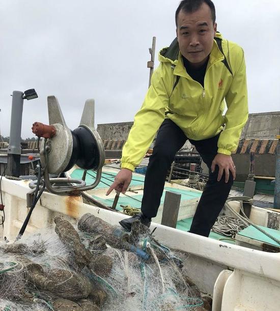 ag捕鱼游戏技巧:台渔民出海捕鱼捞到10颗炸弹_吓得急报警