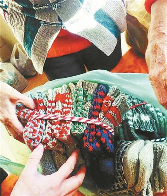 八旬老太织90双毛袜送交警 已织毛活儿