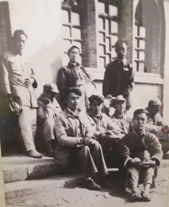 1939年冬,张沛(前排右一)于桥儿沟鲁艺文学系学习。