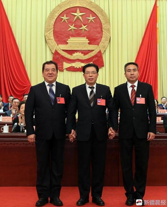 自治区党委常委、乌鲁木齐市委书记徐海荣(中)与牙生・司地克(右)和伊力哈木・沙比尔(左)