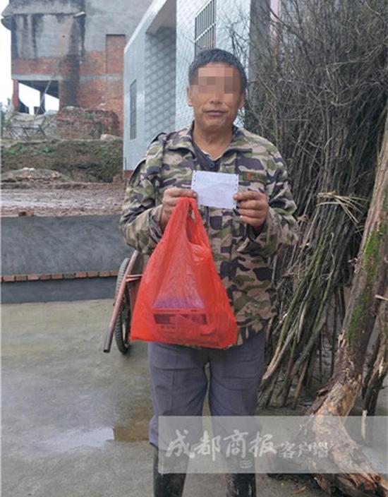 一位村民展示他买的药品和费用单。 成都商报客户端 图