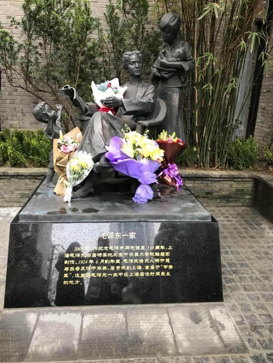 一进弄堂门,映入眼帘是一座毛泽东与杨开慧以及年幼的岸英、岸青一家四口的雕像,雕像四周摆满居民自发献上的花束。唐烨摄