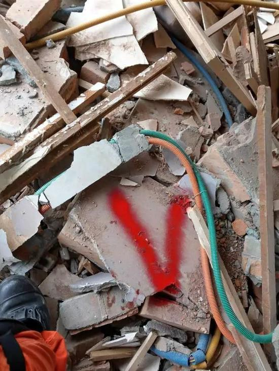 ▲新北市消防局搜索组在云门翠堤大楼内的三个地方,用生命探测器发现生命讯号(红色标记处)。(台湾中时电子报)