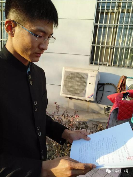 ▲朱振彪在核对判决书。新京报记者许研敏摄