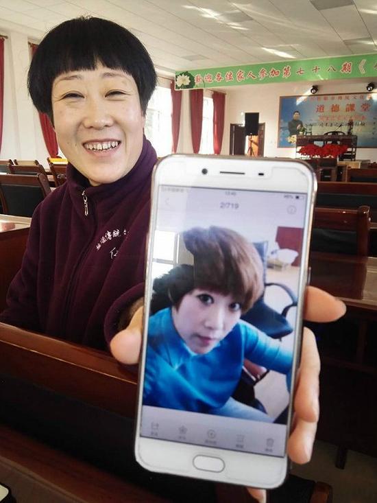 """《弟子规》班的引导老师向记者展示她学习""""传统文化""""前的照片。她说她比从前面容和善了。 摄影:俞琴"""