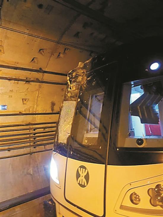 列车撞断桩头,列车严重受损。图片来源:深圳地铁微博