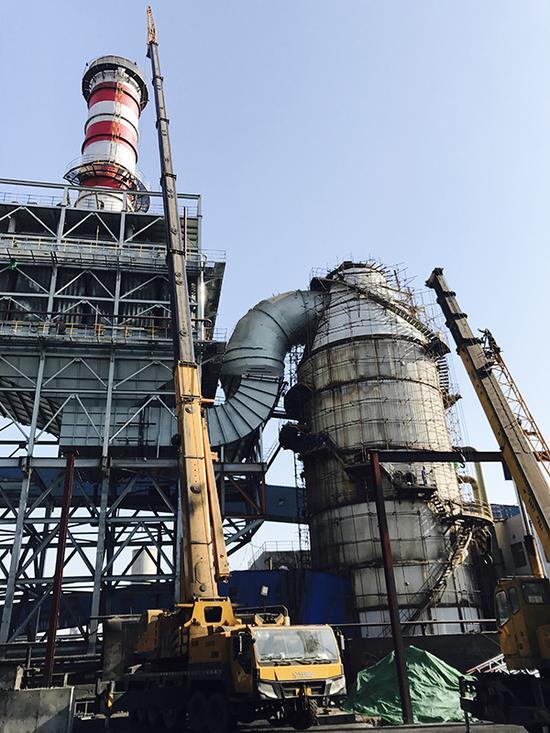 11月18日,新兴铸管公司正在高炉焦炭上料口处安装集尘罩。