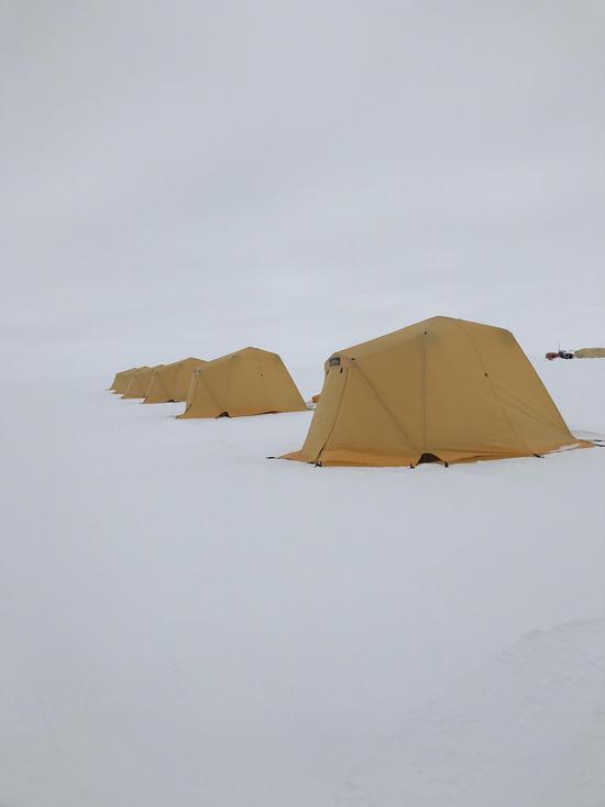 作者在南纬83度过夜时的帐篷。
