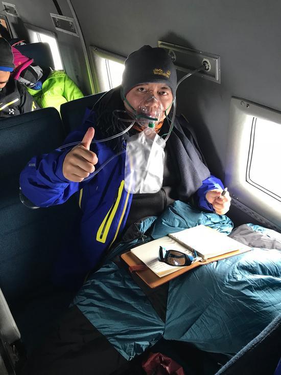 作者乘坐运输机DC-3赴南极点的飞行途中持续吸氧写作。