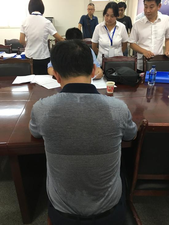 八月下旬,四川仍处于高温天,督察人员现场检查时汗流浃背是常态。