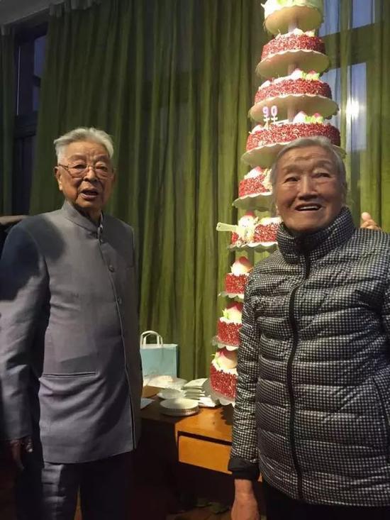 褚时健和老伴在生日蛋糕前