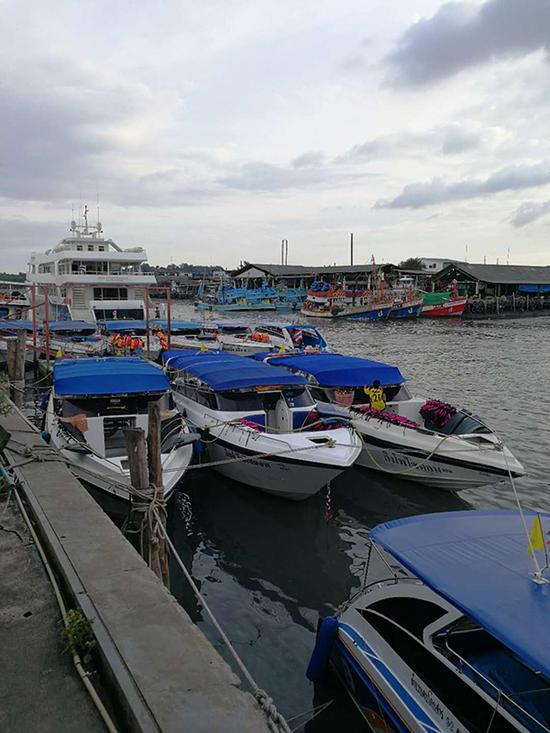 涉事码头泰府(音)码头的快艇以及周边环境。澎湃新闻记者 于潇清 图