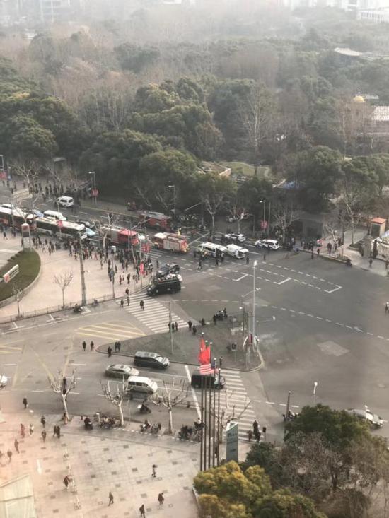 2月2日上午,上海人民公园门口,一辆着火面包车冲上人行道。 朱迪 摄