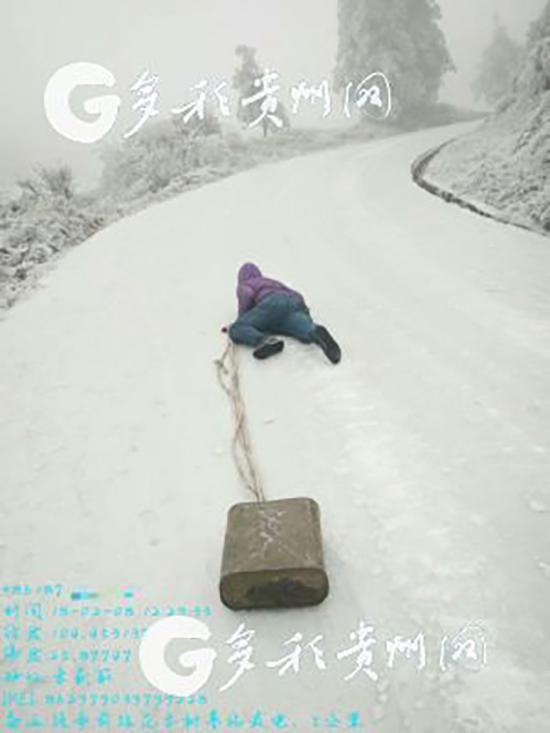 95后小伙爬行上雪山抢修基站 被赞最暖敬业福(图)