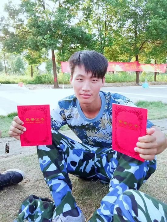 澎湃新闻:云南返乡大学生年三十救火身亡:刚办好护照想留学