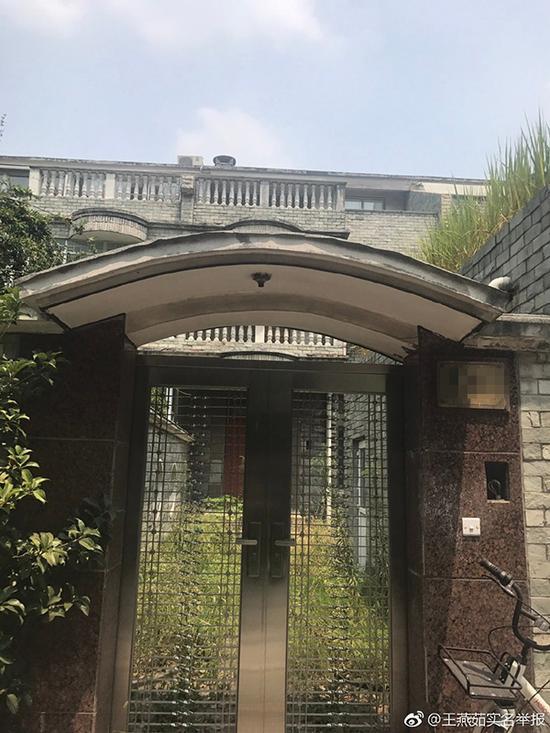 王燕茹举报称,这是黄家的一处豪宅,扬州栖月苑小区的别墅,已转让。微博@王燕茹实名举报 图