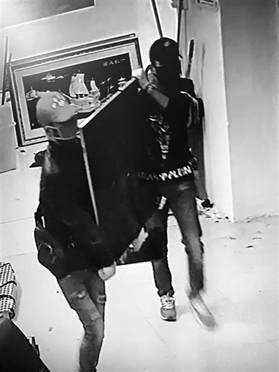两名小偷将大彩电抬走 海南特区报 图