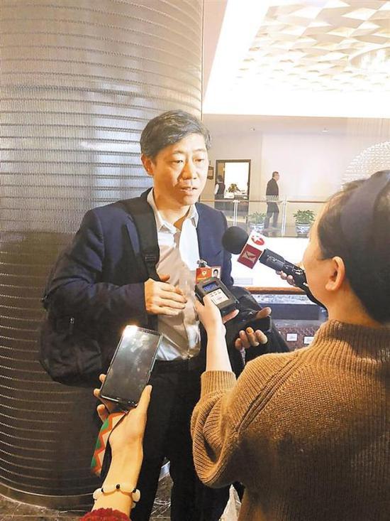 3月6日,天下政协委员、经济学家李稻葵在政协分组探讨会后接收记者的采访。