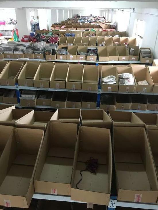 空空如也的仓库货架,订单已经下到今年8月。新京报记者陶若谷 摄
