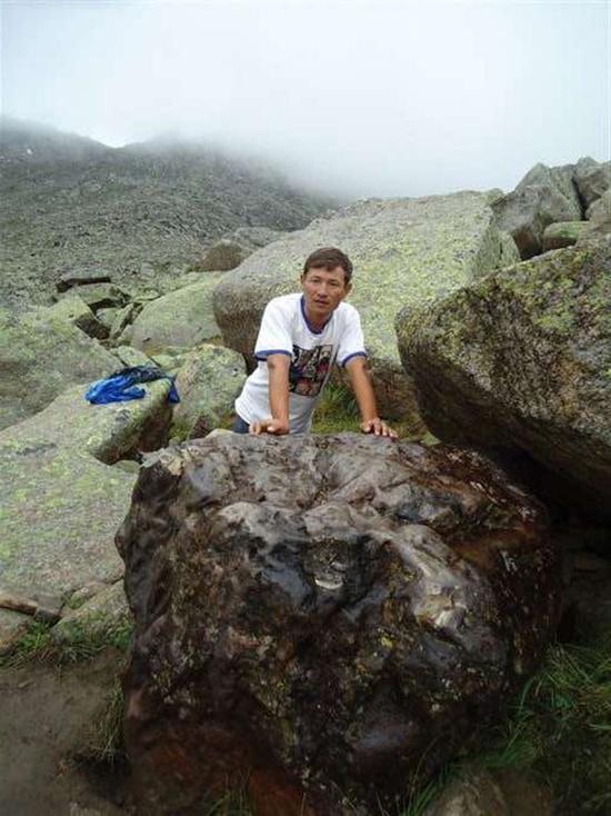 朱曼的大儿子肯杰别克·热阿玛扎恩与陨石的合照。