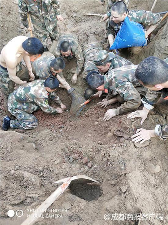 两名工人被垮塌泥土掩埋 50多名武警徒手挖人(图