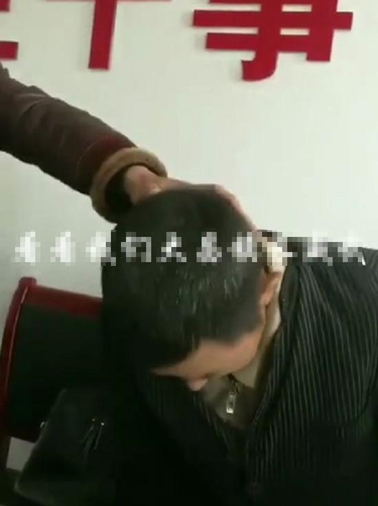 60岁的李泽龙被人强行按头鞠躬致歉  视频截图