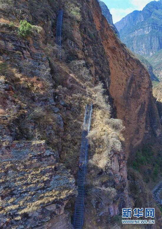 这是四川凉山州昭觉县阿土列尔村的钢梯局部一景(2017年4月13日摄)。新华社记者 刘坤 摄