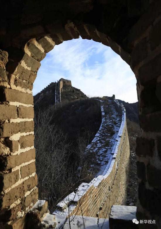 京津冀迎来降雪,这是1月22日在北京市怀柔区拍摄的雪后长城。新华社邓京华摄