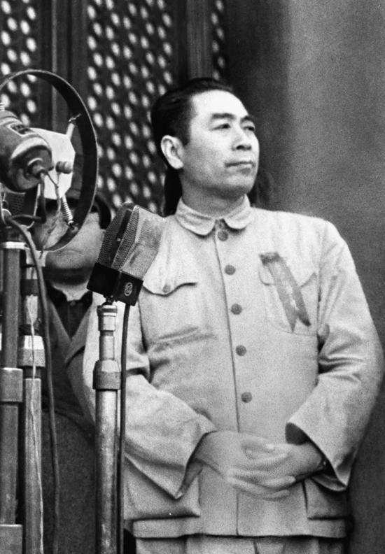1949年10月1日,周恩来在北京天安门城楼上参加中华人民共和国成立大典。同日,在中央人民政府委员会第一次会议上,周恩来被任命为政务院总理兼外交部长。新华社发