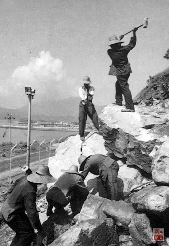 """广东边防总队官兵开山裂石,建设""""二线""""公路。"""