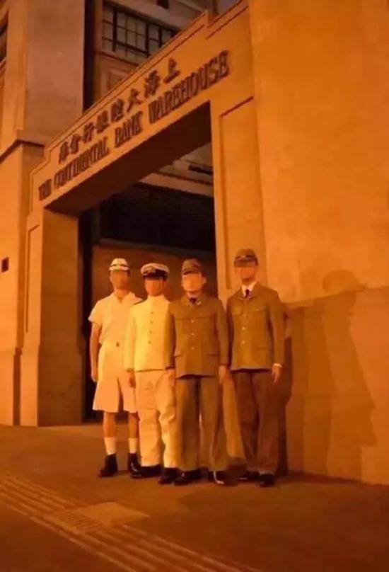 去年8月,四名男子身着二战日军制服在上海四行仓库门口拍照
