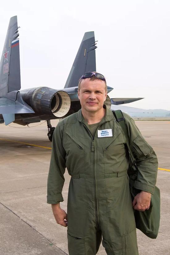 苏35首席试飞员谢尔盖波格丹在2014年珠海航展