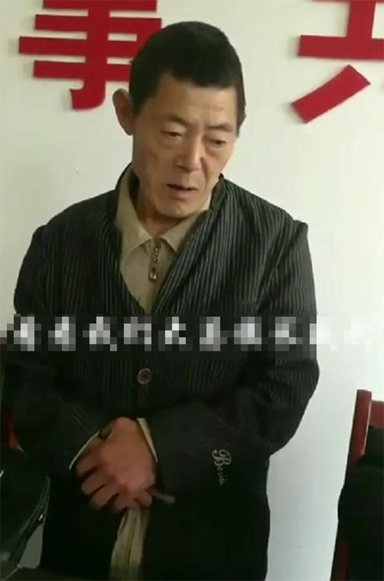 李泽龙被按头后 视频截图