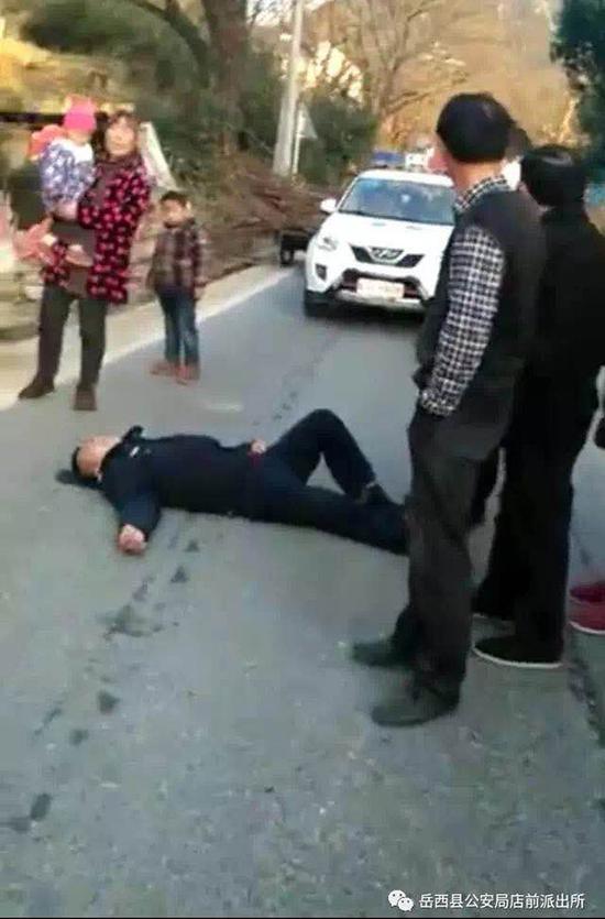 辅警被撞倒在地现场。