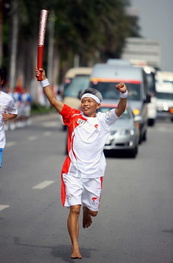 他是跑圈赤脚大仙:20年跑188场马拉松 献血273次