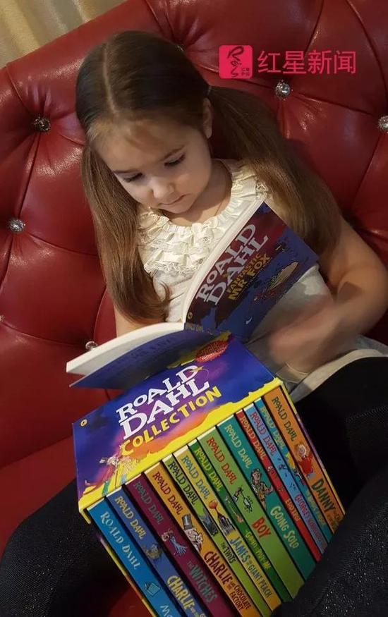 ▲贝拉和她的英文故事书 图据社会交际网站
