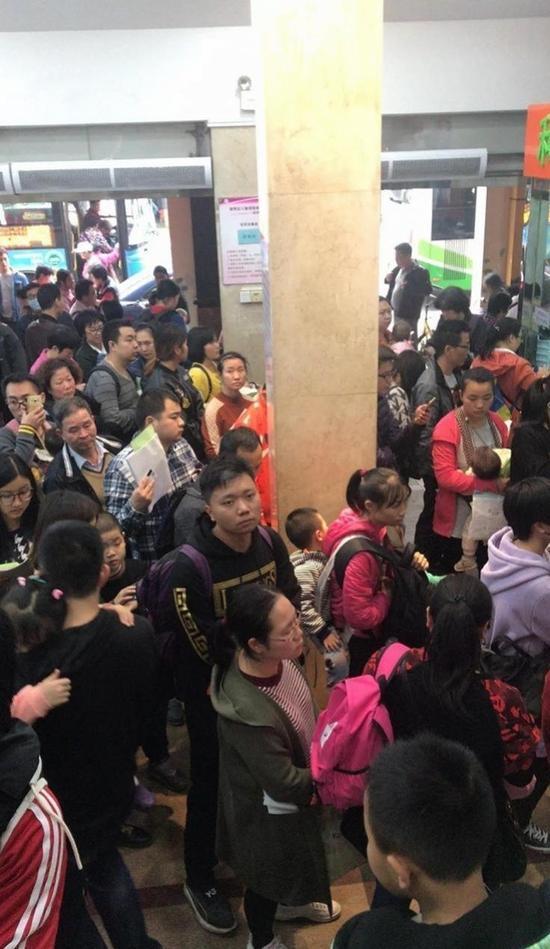 12月28日,越秀区儿童医院挤满了人。