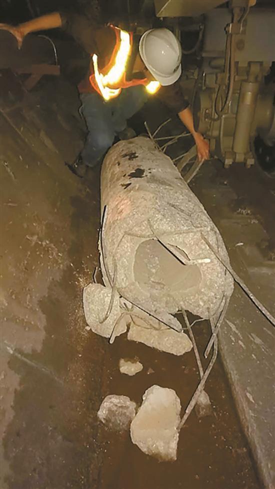 抢修人员移走桩柱。图片来源:深圳地铁微博