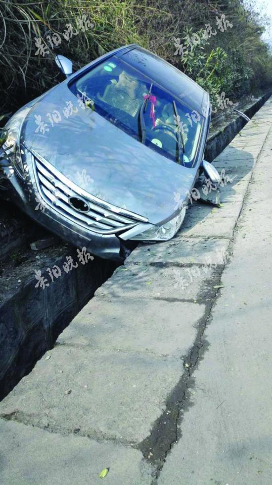 车子翻入边沟。