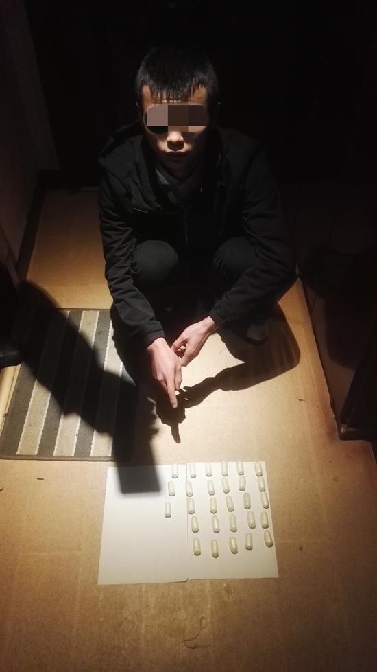 犯罪嫌疑人蒋成(化名)体内携带的毒蛋。警方供图