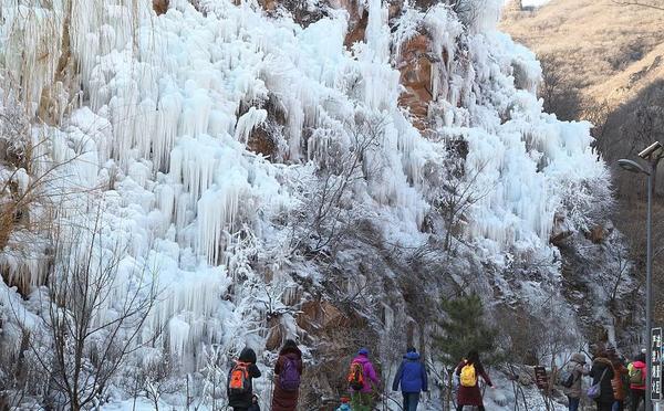 北京:门头沟冰瀑进入最佳观赏期