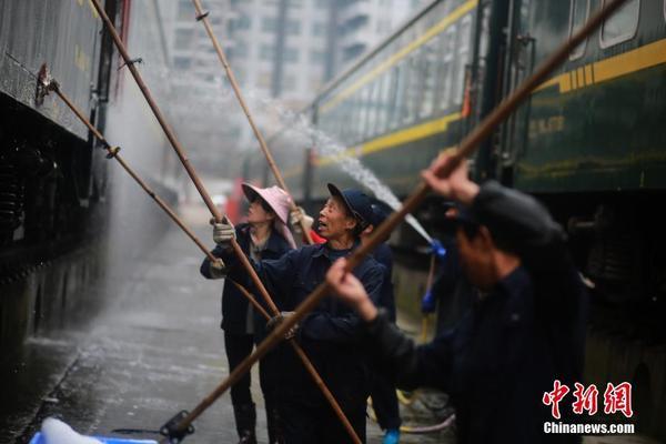 1957年,()长江大桥通车,从此铁路贯通中国南北