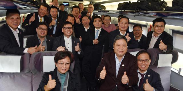 港区代表和委员首次乘高铁参会